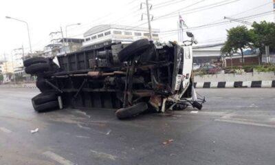สยองกลางกรุง รถบรรทุกทับคนข้ามถนน ร่างขาดเละ 2 ท่อน | The Thaiger