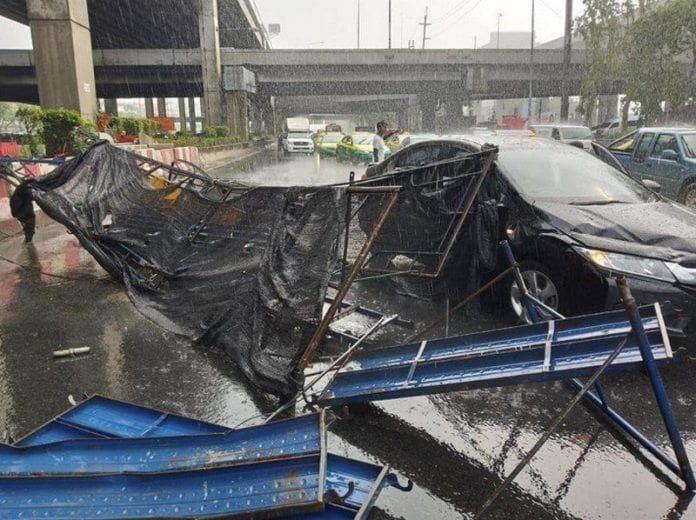 ชมภาพพายุฤดูร้อนถล่มกรุง ดอนเมืองป้ายพังยับ-หลักสี่นั่งร้านถล่ม-ลูกเห็บตก [คลิป] | News by The Thaiger