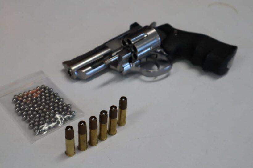 รวบแล้ว หนุ่มโชว์ปืนกลางถนนภูเก็ต สารภาพไม่ตั้งใจ แค่จะโบกให้แซงขึ้นไป | News by The Thaiger