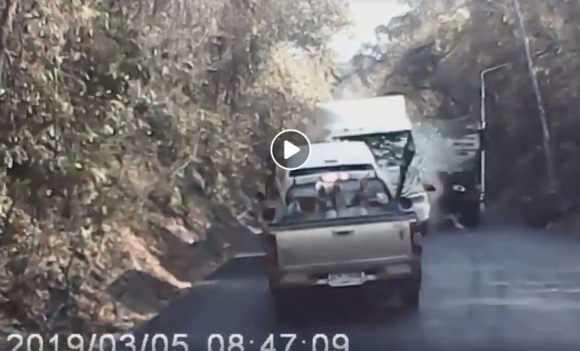 คลิปนาทีมรณะ รถพ่วงเบรกแตกชน 7 คันรวด บี้ศพหัวขาดคารถเก๋ง เจ็บระนาว | The Thaiger