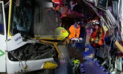 รถทัวร์ขอนแก่นไม่ถึงกทม. คนขับหลับในชนท้ายรถบรรทุก ตาย-เจ็บระนาว | The Thaiger