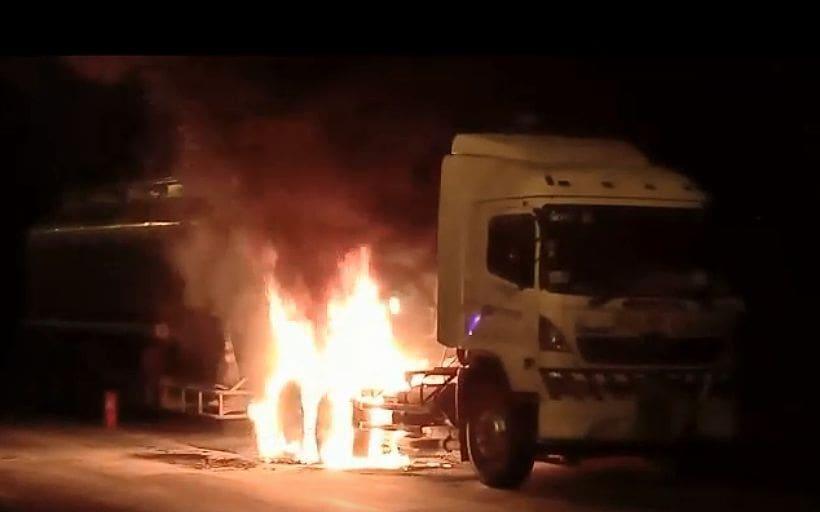 [คลิป] เพลิงลุกพรึ่บ! รถบรรทุกน้ำมันขับจากลาว จู่ๆ ไฟลุกท่วมริมถนนปราจีนบุรี | The Thaiger