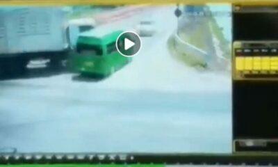 เปิดคลิปวินาทีมรณะ รถบรรทุกพ่วงชนรถตู้โดยสาร เสียชีวิตนับ 10 ศพ | The Thaiger