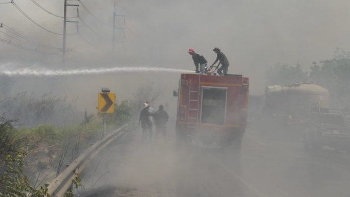 ไฟลามทุ่ง ชาวบ้านเผาตอซังข้าว ควันโขมงบังวิสัยทัศน์ ทำรถติดยาวหลายกิโล | News by The Thaiger