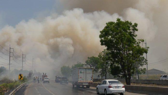 ไฟลามทุ่ง ชาวบ้านเผาตอซังข้าว ควันโขมงบังวิสัยทัศน์ ทำรถติดยาวหลายกิโล | The Thaiger