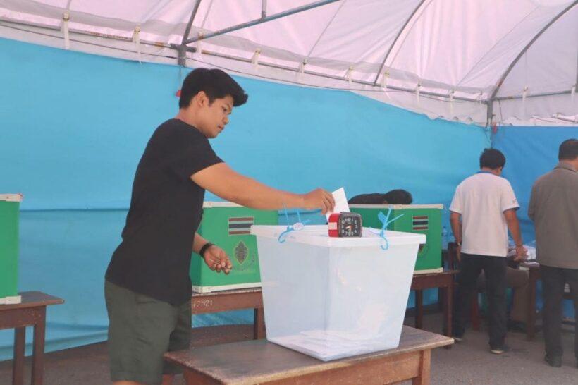 บรรยากาศเลือกตั้งล่วงหน้าช่วงภูเก็ตคึกคัก ประชาชนมาเข้าแถวเพื่อลงคะแนนตั้งแต่ก่อนเปิดหีบเลือกตั้ง | News by The Thaiger