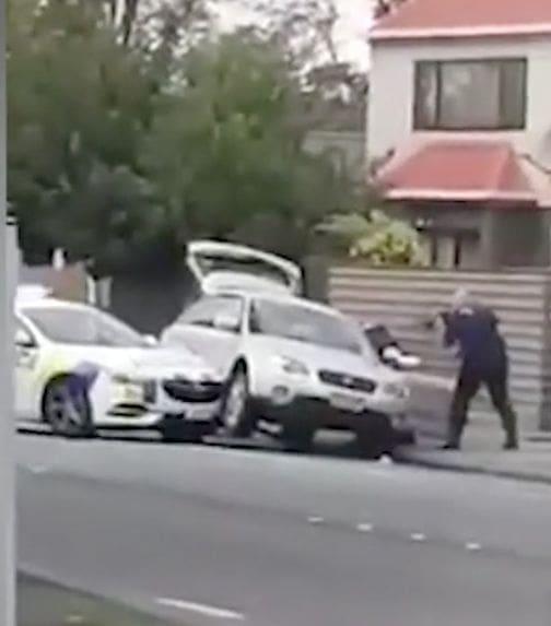 วินาทีตำรวจรวบตัวผู้ต้องสงใส เหตุกราดยิงที่นิวซีแลนด์ ล่าสุดผู้เสียชีวิตพุ่งเป็น 49 รายแล้ว | News by The Thaiger