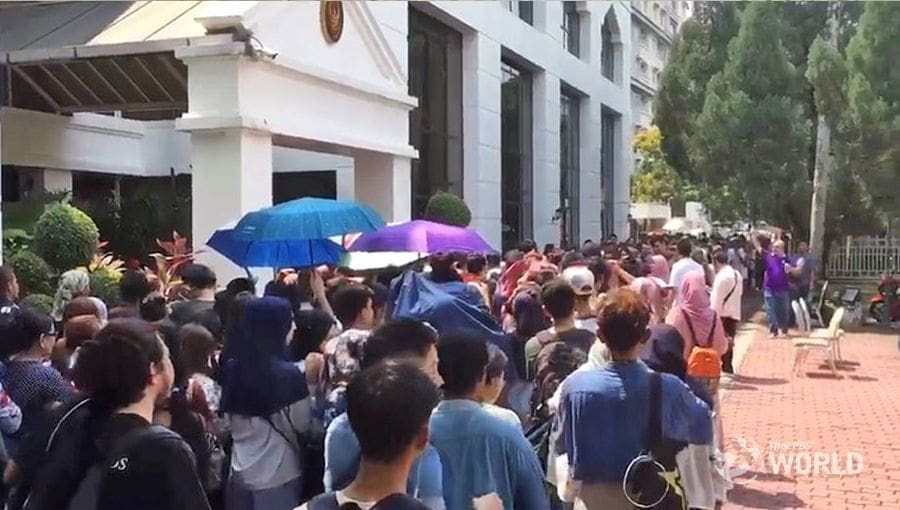Long queues and poor arrangements greet early Thai voters in KL | The Thaiger