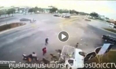 เปิดคลิปวินาทีระทึก กระบะชนพุ่งชนกันกลางแยก เทกระจาด 18 ราย เกลื่อนถนน | The Thaiger
