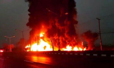 รถบรรทุกน้ำมันเกือบ 4 หมื่นลิตร พลิกคว่ำไฟลุกท่วม จ.ลพบุรี[คลิป] | The Thaiger