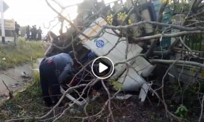 คนขับหลับใน รถพ่วง 18 ล้อแหกโค้งพุ่งชนเสาไฟฟ้าแรงสูง – กำแพงสนามกอล์ฟ [คลิป] | The Thaiger
