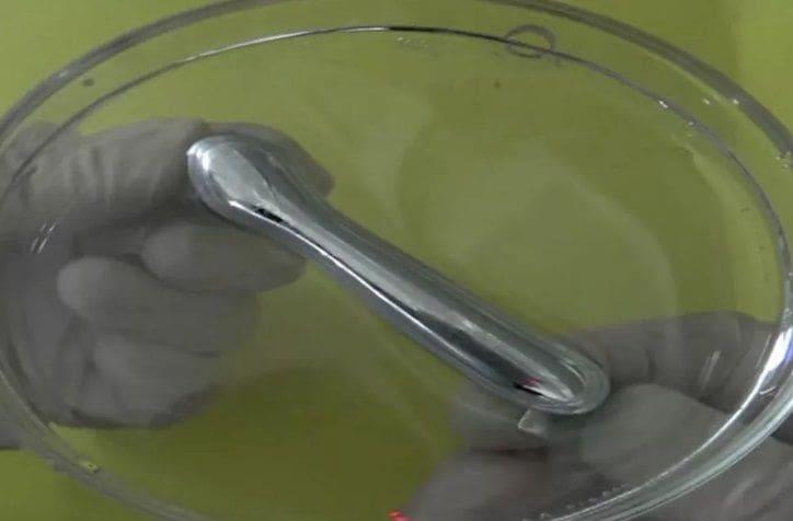 อย่างกับในหนัง! นักวิทยาศาสตร์คิดค้น 'โลหะเหลว' สำเร็จ เปลี่ยนรูปร่าง ยืด-หด ได้ | News by The Thaiger