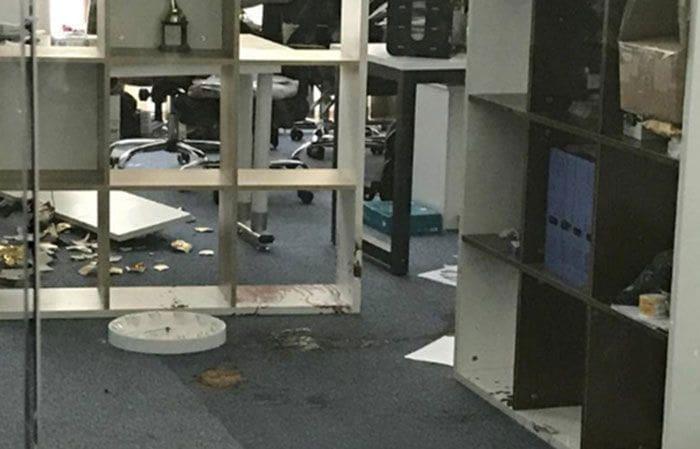 หนุ่มมาเลเซีย ฉุน ถูกไล่ออก 2 ครั้ง บุกแทงหัวหน้างานคาออฟฟิส ผอ.เข้าช่วยโดนลูกหลงด้วย   News by The Thaiger