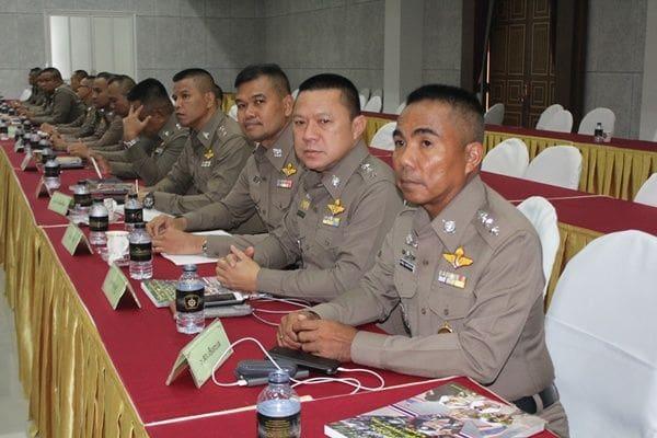 ตำรวจภูธรภาค 8 ให้ความรู้ตาม พรบ.ควบคุมฝูงชน เตรียมพร้อมรับมือม็อบในทุกสถานการณ์ | News by The Thaiger