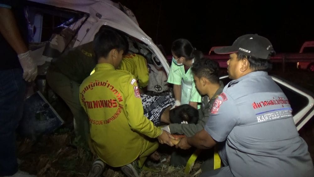Driver killed and 10 Burmese workers injured in Tak crash | The Thaiger