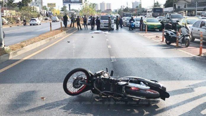 เด็กชายวัย 14 ซิ่งจยย.แซงขวา เสียหลักล้มหัวฟาดถนนดับสยอง | The Thaiger