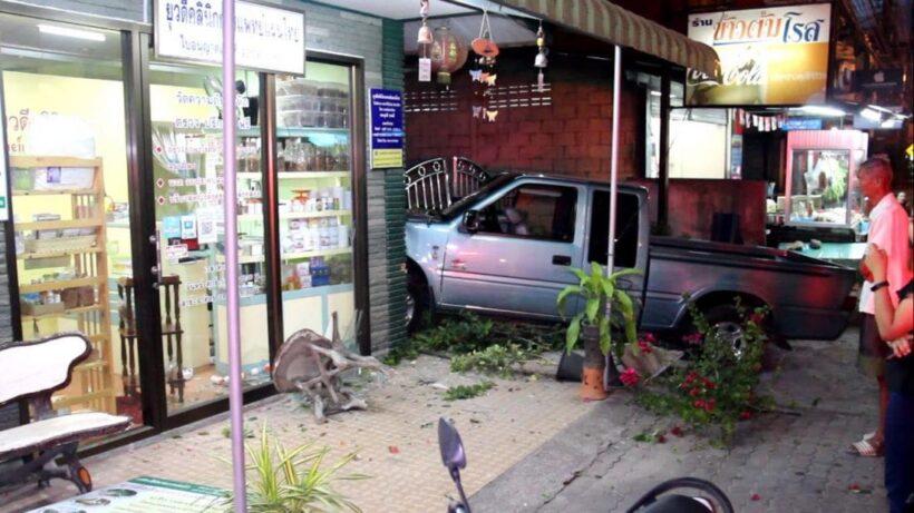 ชายวัย 53 ปี วูบขณะกลับบ้าน กระบะพุ่งข้ามเลน ชนร้านขายยาเสียหายยับ | The Thaiger