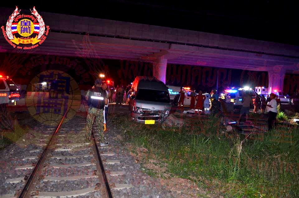 Six deaths, many injured as train slams into minivan in Lop Buri | The Thaiger