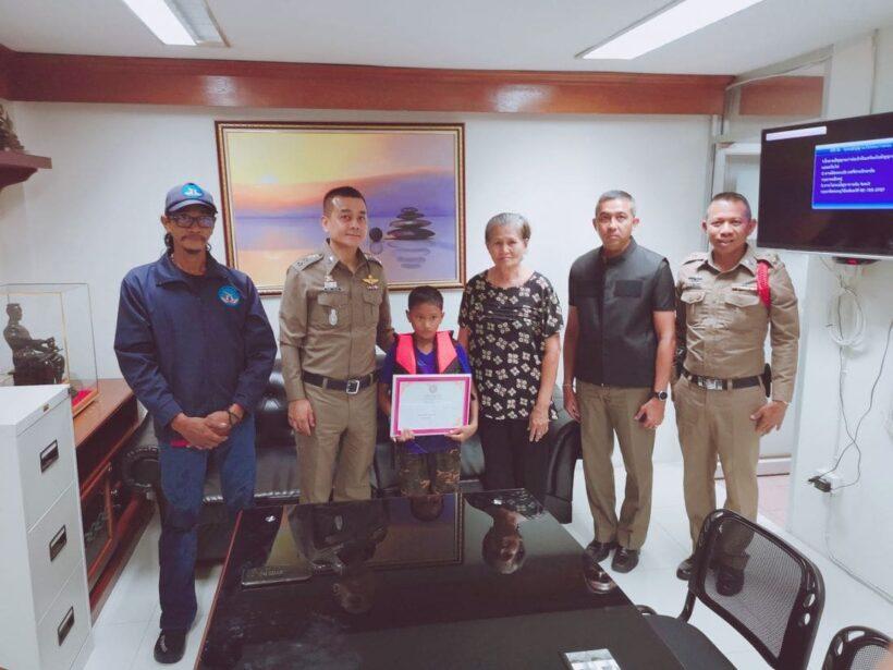 รางวัลคนดี สภ.ป่าตอง มอบเกียรติบัตรเด็กชายจิตสาธารณะเก็บขยะมูลฝอยในคลอง | News by The Thaiger