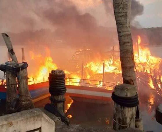 เปิดภาพเพลิงเผาวอด 8 ลำ เรือตกปลา จ.สตูล เสียหาย 12 ล้าน แทบหมดตัว | The Thaiger