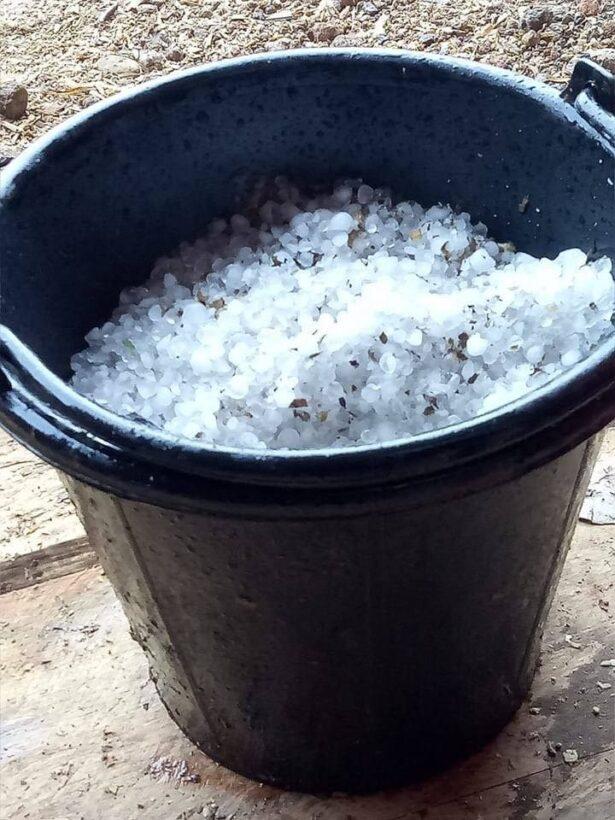 นึกว่าหิมะ! ภาพลูกเห็บขาวโพลนเกลื่อน หลังพายุฤดูร้อนถล่มเชียงใหม่ | News by The Thaiger