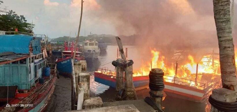 เปิดภาพเพลิงเผาวอด 8 ลำ เรือตกปลา จ.สตูล เสียหาย 12 ล้าน แทบหมดตัว | News by The Thaiger