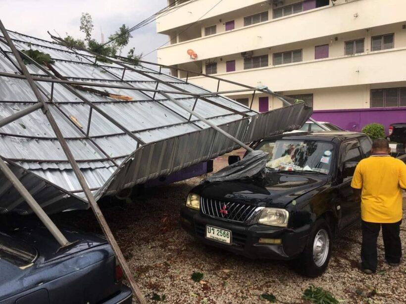 พายุฤดูร้อนถล่ม อ.เมือง สกลนคร ต้นไม้หักทับรถยนต์หลายคัน วัวตาย 2  - คลิป | News by The Thaiger