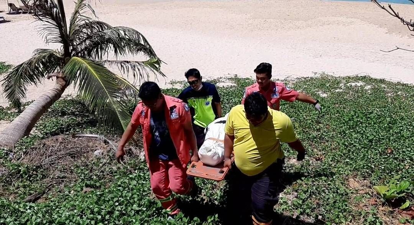 เพื่อนห้ามไม่ฟัง! หนุ่มลงตกปลาโขดหินใกล้กังหันลมราไวย์ คลื่นซัดจมหาย พบอีกทีเป็นศพเกยหาดในหาน | News by The Thaiger
