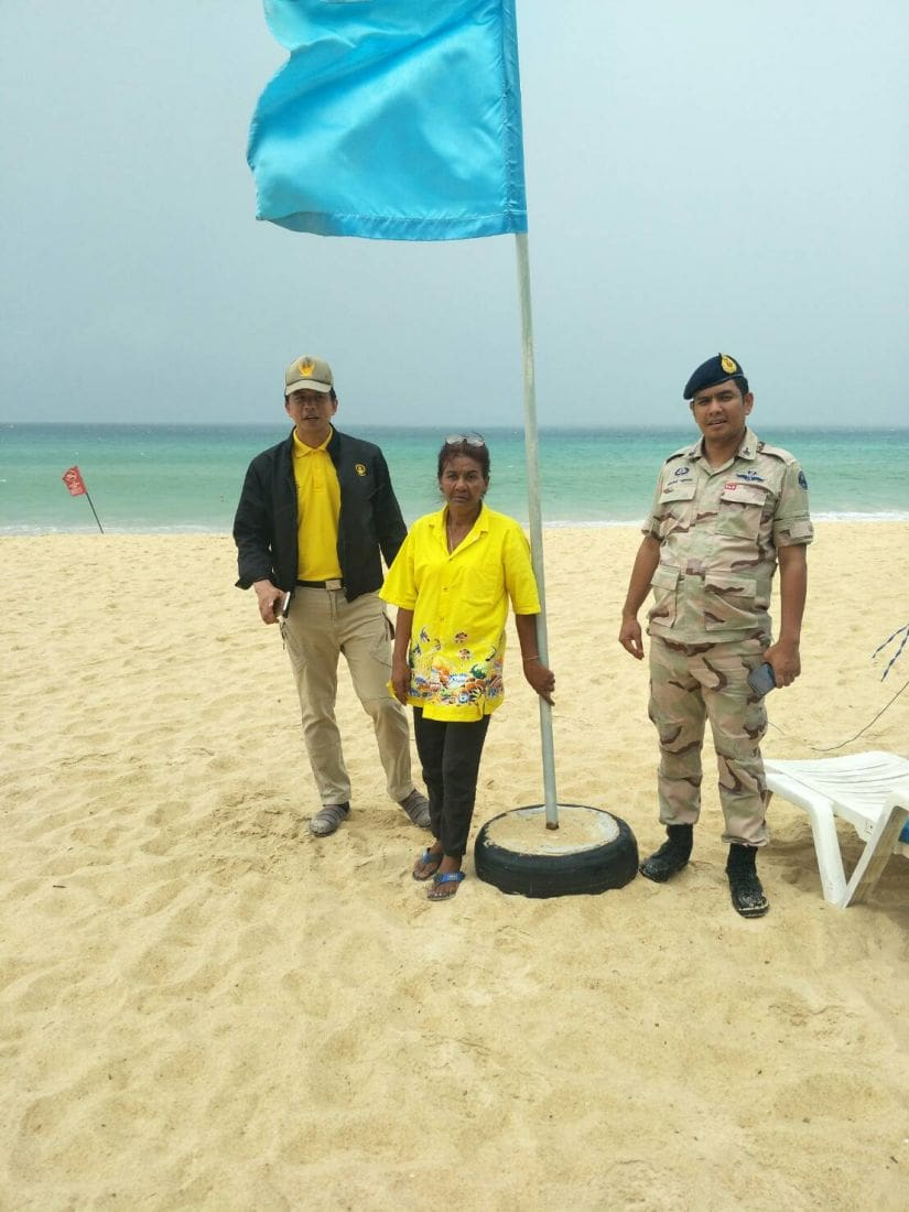 Officers inspect Karon Beach following complaints of sun lounge zoning | News by Thaiger
