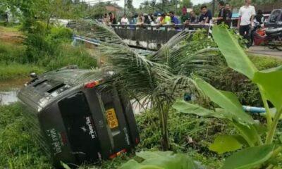 Tourists injured as minivan flips over in Krabi | The Thaiger