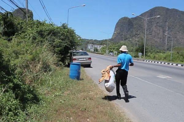 ชายสูงวัยเก็บขยะริมถนนเป็นประจำ ชาวบ้านคิดว่าคนบ้า แท้จริงเป็นผู้พิพากษาอาวุโส | News by The Thaiger