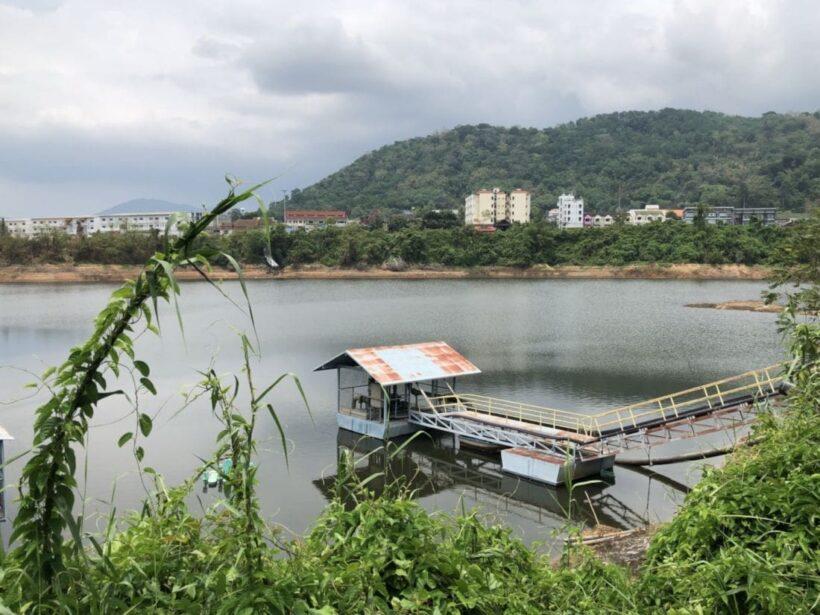 ประปาภูเก็ต แจกจ่ายให้กับชาวบ้านในพื้นที่ อ.เมือง ผลพวงอ่างเก็บน้ำแห้ง | News by The Thaiger