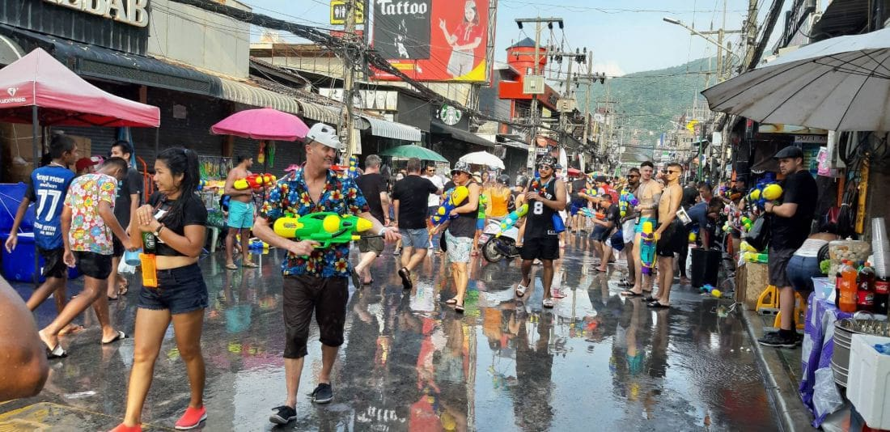 นทท.ทั้งชาวไทยและต่างชาติ เริ่มออกมาเล่นน้ำสงกรานต์ภายในซอยบางลา ป่าตอง ภูเก็ต คึกคัก | News by The Thaiger