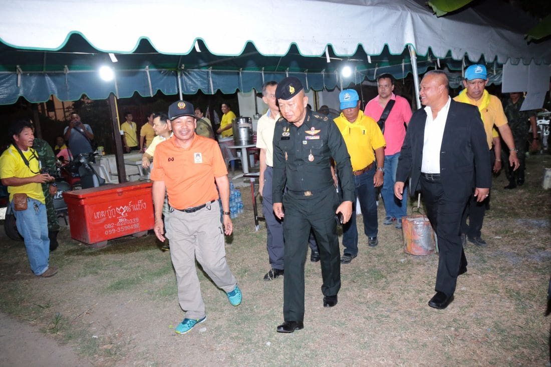 Army commander visits Phuket residents to discuss water shortage | News by The Thaiger