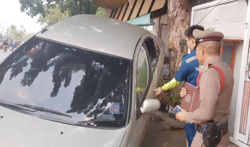 หนุ่มใหญ่ลมชักกำเริบ ถอยเก๋งพุ่งอัดมอเตอร์ไซค์ พังยับ | News by The Thaiger