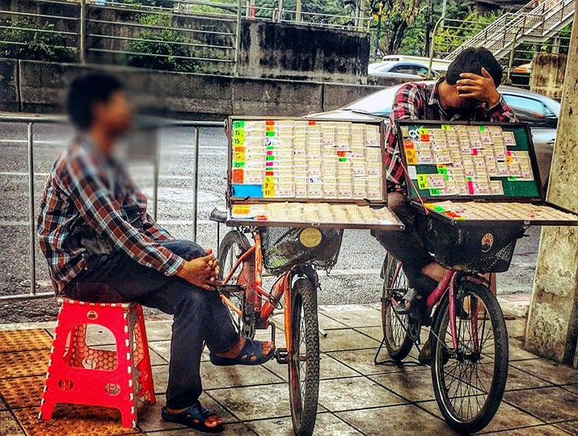 Bogus policeman arrested for extorting Bangkok lottery sellers | The Thaiger