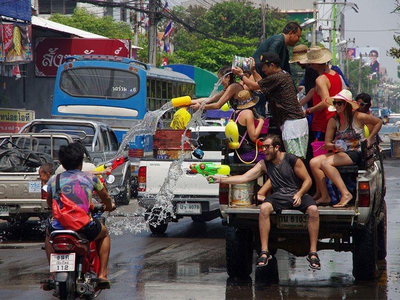รอง ผบ.ตร.สรุปให้ สงกรานต์ปีนี้เล่นน้ำท้ายกระบะได้ แต่มีข้อแม้ว่า…. | The Thaiger