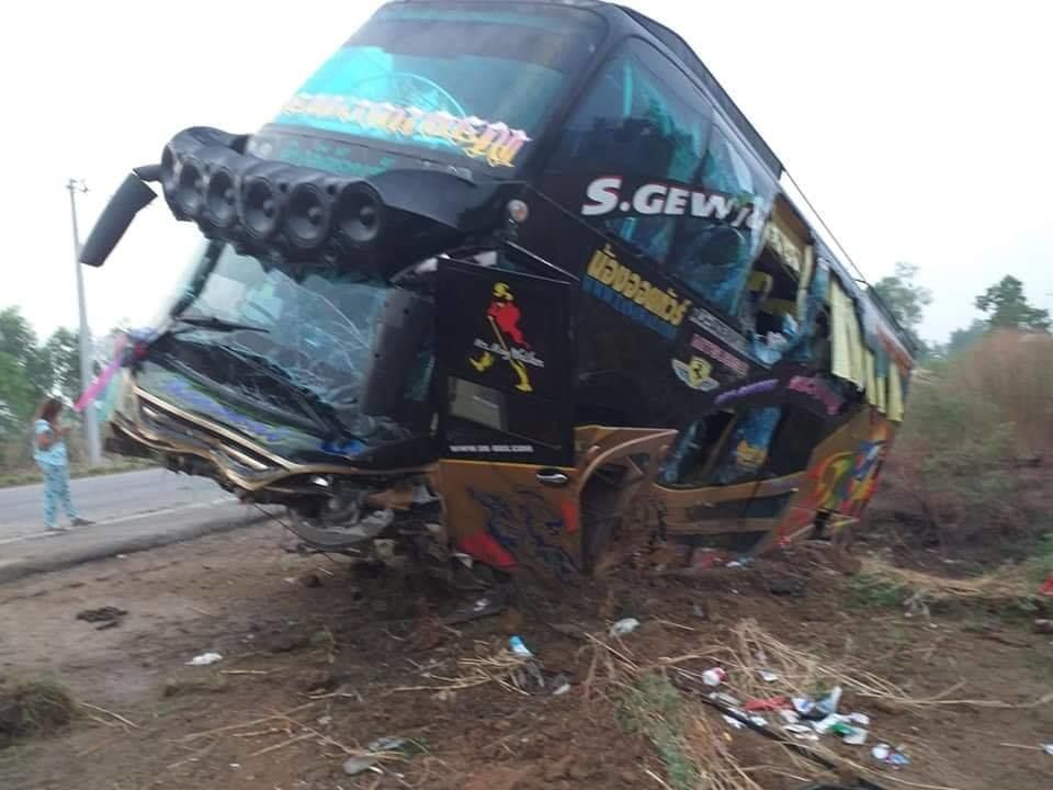 21 injured in Nakhon Sawan bus accident | The Thaiger