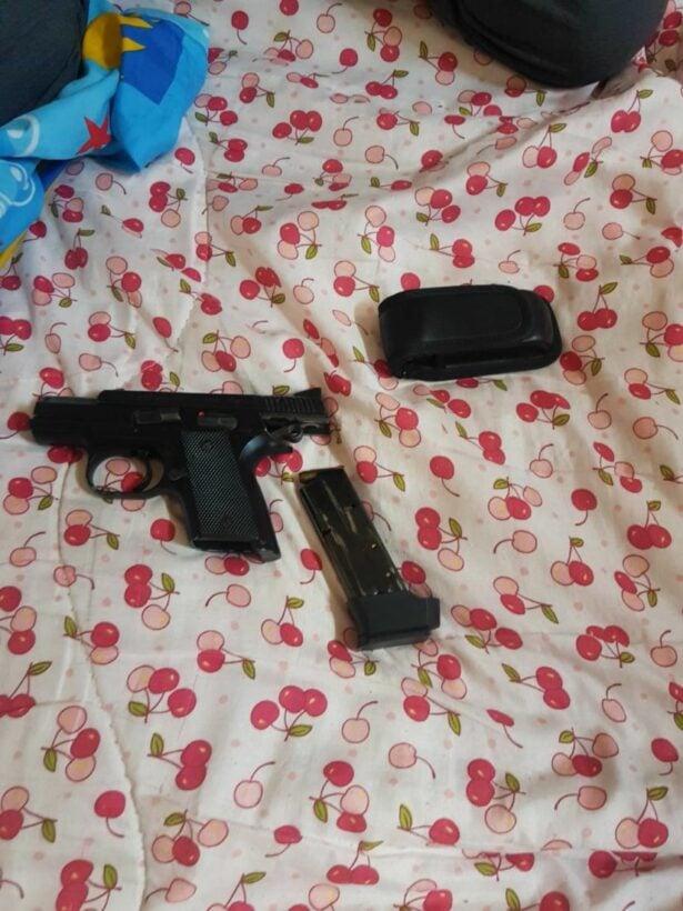 ตำรวจกะทู้รวบพ่อค้าขาหมู พกปืน-ยาไอซ์ กระสุนเพียบ | News by The Thaiger