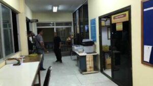 กระบี่ - ดาบตำรวจชัก 9มม.ยิงจ่อขมับตัวเองดับคาโรงพัก คาดเครียดปัญหาหนี้สิน | News by The Thaiger
