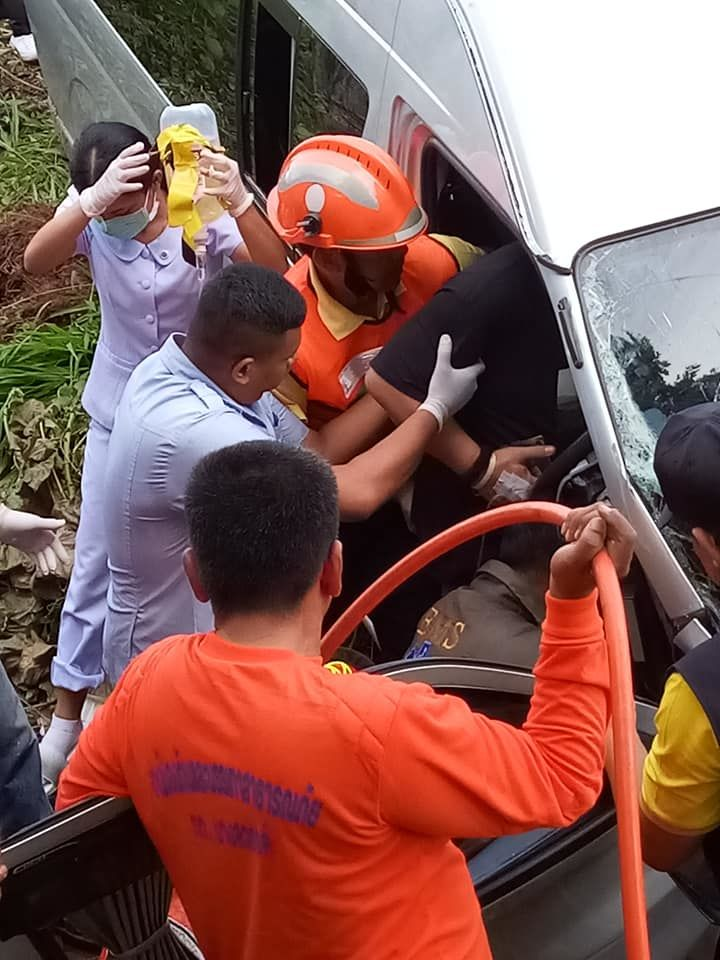 Drivers injured as minivan collides with pickup in Krabi | News by The Thaiger