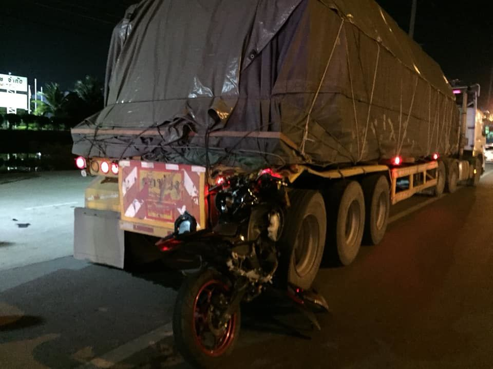 Motorbike driver dies after smashing into trailer truck in Samut Prakan | News by Thaiger