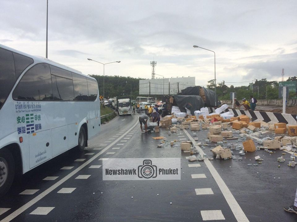 Fallen light pole blocks traffic in Thalang after truck rolls over – VIDEO | The Thaiger