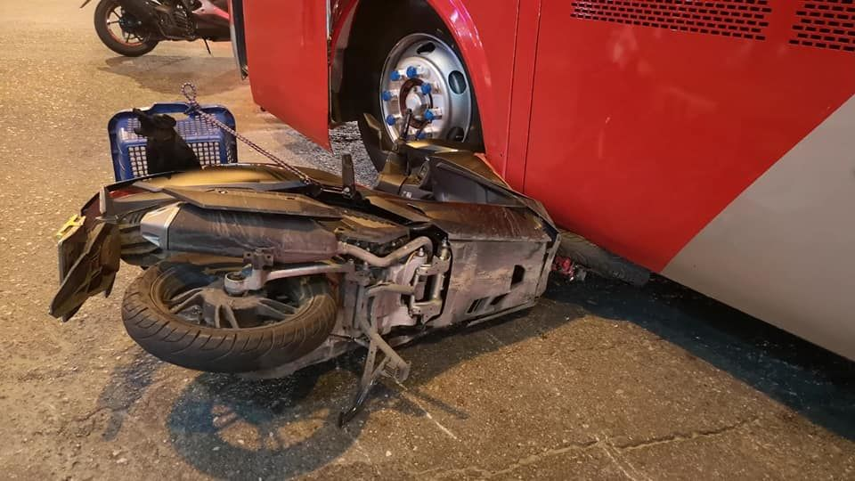 Motorbike driver survives being caught under Chinese tour bus in Pattaya | News by The Thaiger