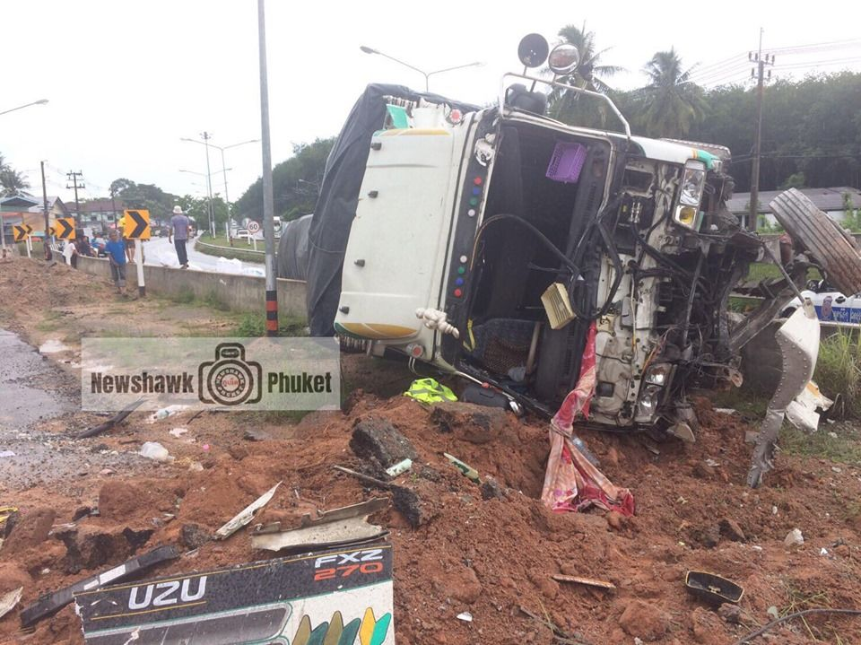 Fallen light pole blocks traffic in Thalang after truck rolls over - VIDEO | News by The Thaiger