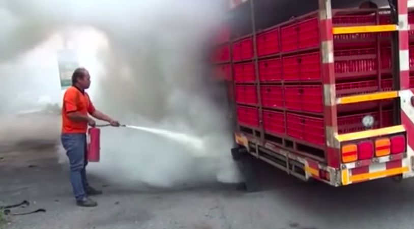 ไฟไหม้รถพ่วงบรรทุก ย่างสดไก่กว่า 200 ตัว (คลิป)   News by The Thaiger