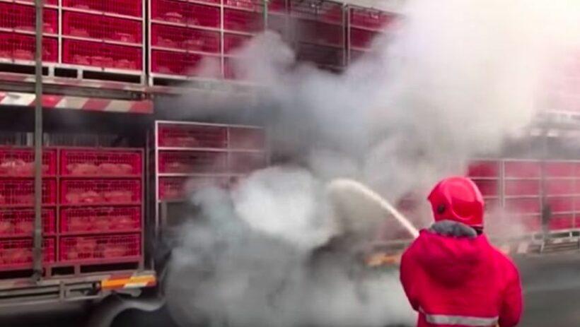 ไฟไหม้รถพ่วงบรรทุก ย่างสดไก่กว่า 200 ตัว (คลิป) | News by The Thaiger