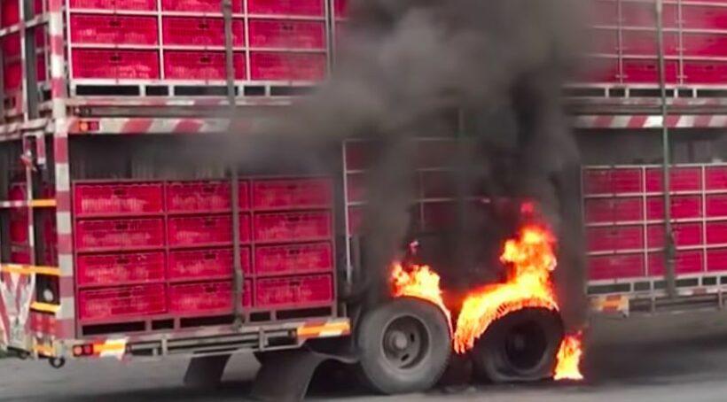 ไฟไหม้รถพ่วงบรรทุก ย่างสดไก่กว่า 200 ตัว (คลิป) | The Thaiger