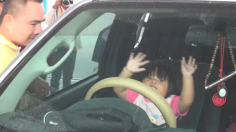 ระทึก! ลูกขวบครึ่งติดในรถนานครึ่งชม. เพราะเล่นไปโดนปุ่มล็อก โชคดีเจอช่างกุญแจผ่านมา | News by The Thaiger