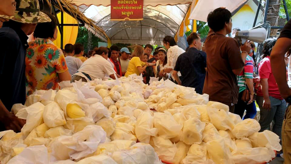 Seven tonnes of durian handed out for Labour Day in Samut Sakhon | News by Thaiger